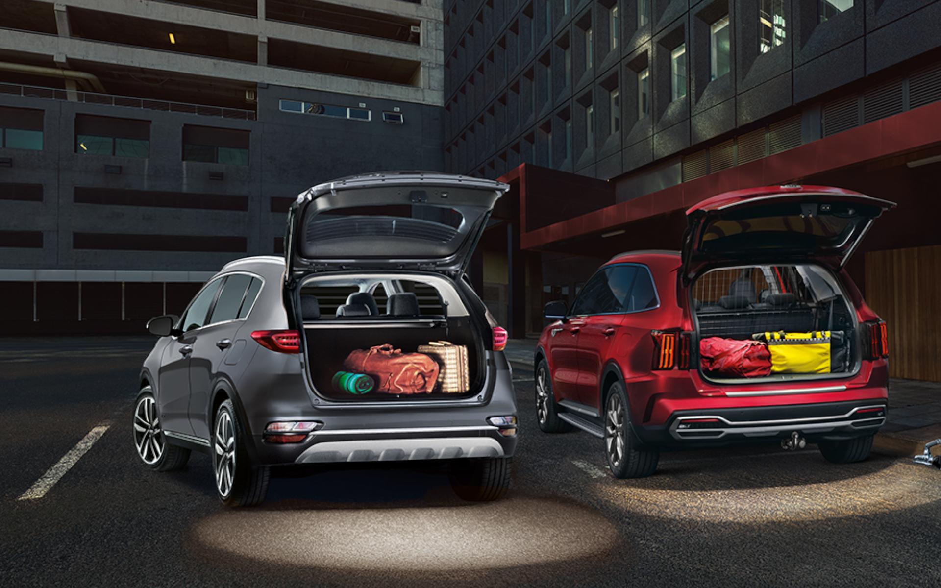 Bild Kia SUV in grau und rot mit geöffneter Heckklappe inklusive LED-Kofferraum- und Heckklappenbeleuchtung