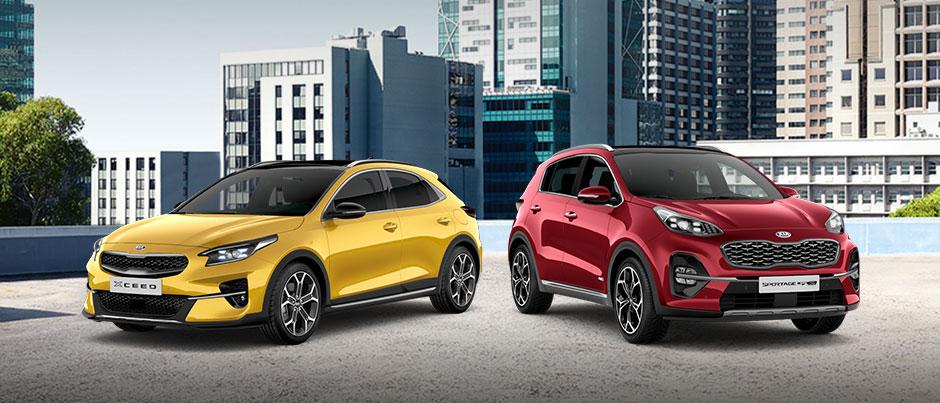 Bild Tschüss Mehrwertsteuer Kampagne mit gelbem Kia XCeed und rotem Kia Sportage vor Stadthintegrund