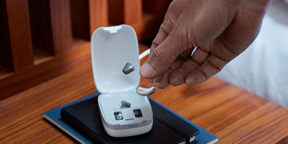 Batterielose  Hörgeräte mit wiederaufladbarem Akku bei Tönsmann Optik+Akustik an der Voltmannstr. 158 in Bielefeld - Gellershagen. Exclusiv sind die Telefunken Hörgeräte