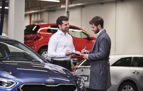 Bild Servicemitarbeiter bei Fahrzeugannahme mit Kunden