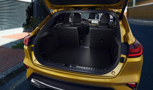 Kia X-Ceed mit geöffneter Kofferraumklappe von hinten