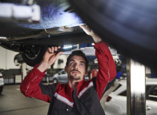 Bild Kia Servicemitarbeiter beim Bremsenwechsel