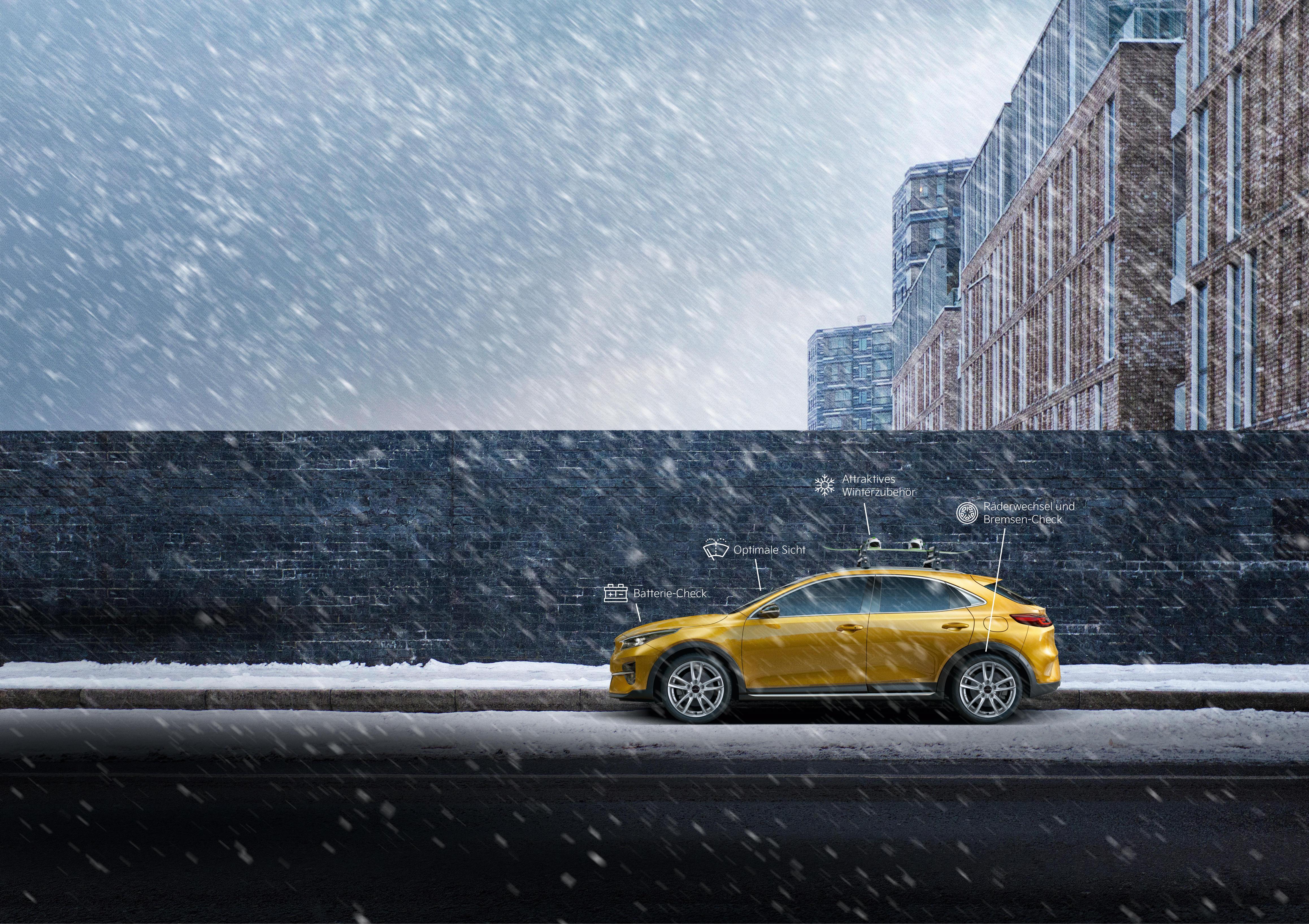 Bild Kia Fahrzeugseitenansicht auf verschneiter Straße vor Mauer