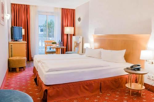 Gemütlich und modern eingerichtete Doppelzimmer auch mit Balkon,  komfortable Suiten mit Balkon und geräumige Studio mit Wohnbereich und 2 Schlafzimmern.