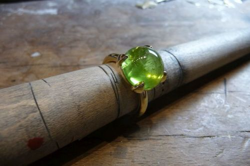 Ring_750_Gelbgold_mit_Peridot_Cabochon